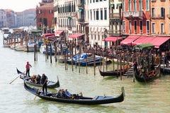 运河长平底船全部威尼斯 库存图片