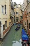 运河长平底船威尼斯 库存照片