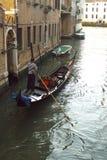 运河长平底船威尼斯 库存图片