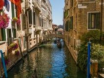 运河长平底船威尼斯 免版税库存图片