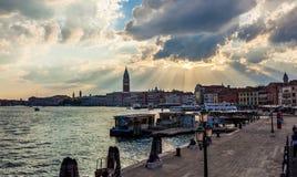 运河风景日落外型在有教会的威尼斯 免版税图库摄影