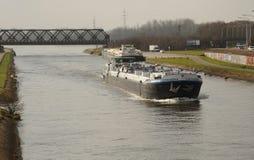 运河驳船和铁路桥,阜,比利时 免版税库存图片