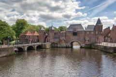 运河Eem有在背景中中世纪门Koppelpoort在阿莫斯福特在荷兰 库存照片