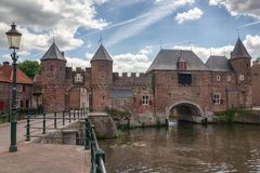 运河Eem有在背景中中世纪门Koppelpoort在阿莫斯福特在荷兰 库存图片