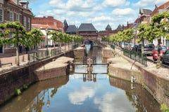 运河Eem有在背景中中世纪门Koppelpoort在阿莫斯福特在荷兰 免版税图库摄影