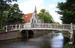 运河Oosteinde在历史镇德尔福特,荷兰 免版税库存照片