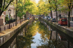 运河Oudezijds Achterburgwal在红灯区 免版税库存照片