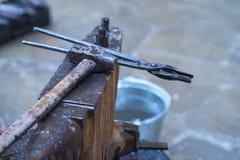 运用火炬的金属编造者加热一片金属为了塑造运用锻件技术的它 库存图片