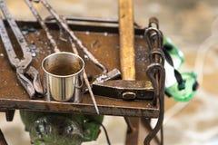 运用火炬的金属编造者加热一片金属为了塑造运用锻件技术的它 免版税库存照片