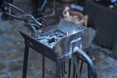 运用火炬的金属编造者加热一片金属为了塑造运用锻件技术的它 图库摄影