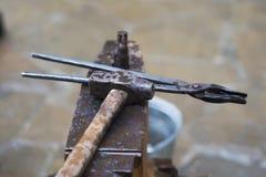 运用火炬的金属编造者加热一片金属为了塑造运用锻件技术的它 库存照片