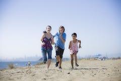 运行三的海滩孩子 免版税库存图片