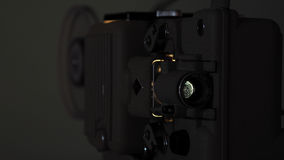 运行与葡萄酒影片的8 mm放映机 免版税图库摄影