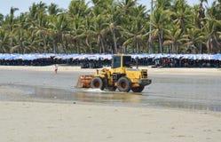运行为平地机光滑的沙子的推土机在Bangsan海滩在泰国 库存图片