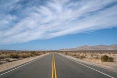 运行从加利福尼亚的空的沙漠高速公路到亚利桑那 库存照片