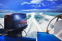 从运行反对清楚的海大海的速度小船的背面图 免版税库存照片