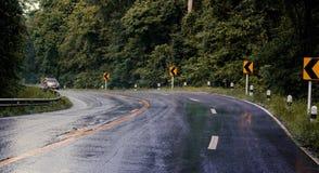运行在下雨的路的汽车,路是溜滑的 库存图片