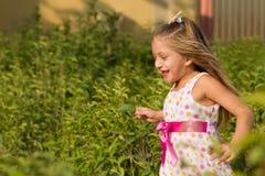 运行在公园的滑稽的小女孩 免版税库存图片