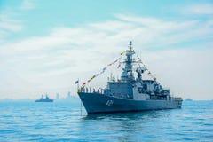 运行在国际舰队回顾钻子的海的海军军舰 免版税图库摄影