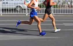 运行在城市的马拉松运动员 库存照片