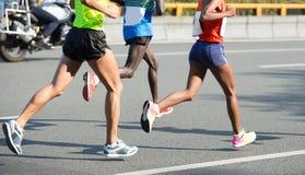 运行在城市道路的赛跑者腿 免版税库存照片
