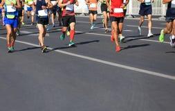 运行在城市道路的赛跑者 库存图片