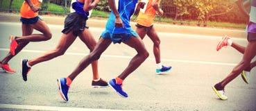 运行在城市道路的赛跑者 免版税图库摄影