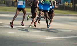 运行在城市道路的赛跑者 库存照片