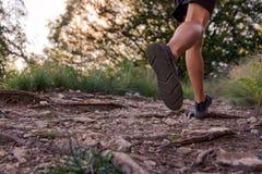 运行在山的足迹的人腿 免版税库存照片
