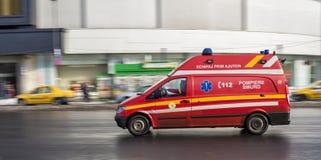 运行在布加勒斯特街道上的紧急抢救汽车  免版税库存照片