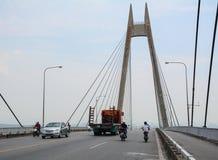 运行在桥梁的车在海防,越南 免版税库存照片