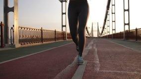 运行在桥梁的适合的肌肉女性腿 股票录像