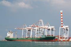 运行在海口的货轮和大起重机 库存照片