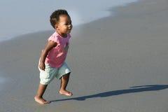 运行在海滩的非洲裔美国人的小孩 免版税图库摄影