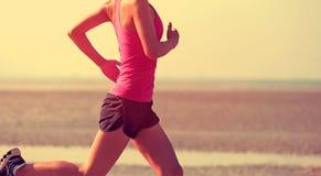 运行在海边的妇女赛跑者 免版税库存图片