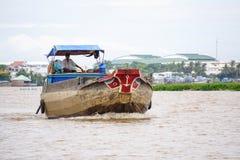 运行在湄公河的货船 库存图片