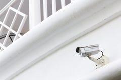 运行在白色大阳台backgrou的CCTV安全监控相机 免版税库存照片