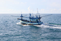 运行在蓝色海水的泰国地方渔场小船 免版税图库摄影