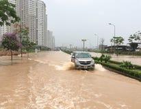运行在街道上的汽车在河内,越南 免版税库存图片