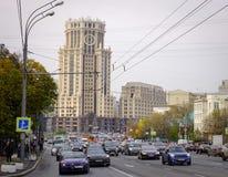 运行在街道上的汽车在莫斯科,俄罗斯 免版税库存照片