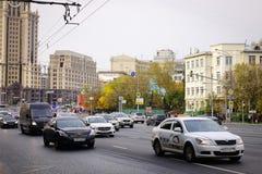 运行在街道上的汽车在莫斯科,俄罗斯 图库摄影