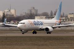 运行在跑道的Flydubai波音737下个Gen航空器 免版税库存照片
