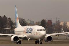 运行在跑道的Flydubai波音737下个Gen航空器 库存照片
