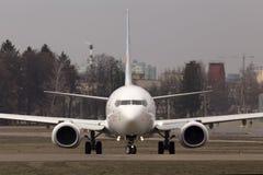 运行在跑道的Flydubai波音737下个Gen航空器 免版税库存图片