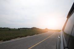 运行在路的汽车 免版税库存照片