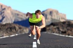 运行在路的短跑选手 免版税库存图片