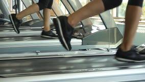 运行在踏车和反射在健身房的镜子的女性腿 做心脏锻炼,目标的健身人 股票录像