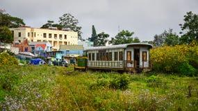运行在轨道的老火车在大叻,越南 免版税图库摄影