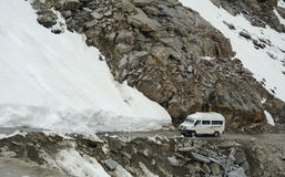 运行在雪路的游览汽车在Khardungla,印度 免版税库存图片