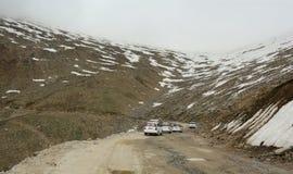 运行在雪路的许多汽车在查谟,印度 免版税库存图片